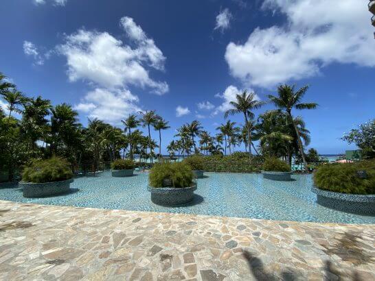 グアムのビーチ前のプール