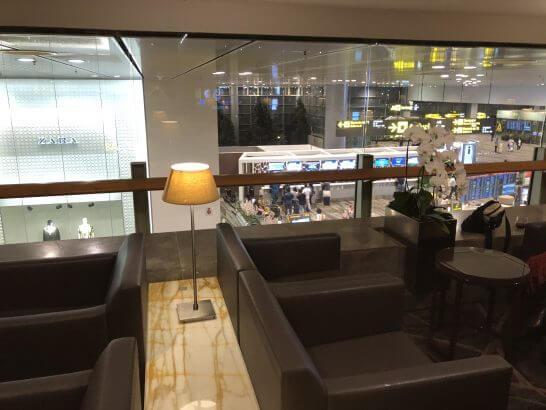 シンガポール航空のシルバークリスラウンジ(チャンギ国際空港)の通路際の席