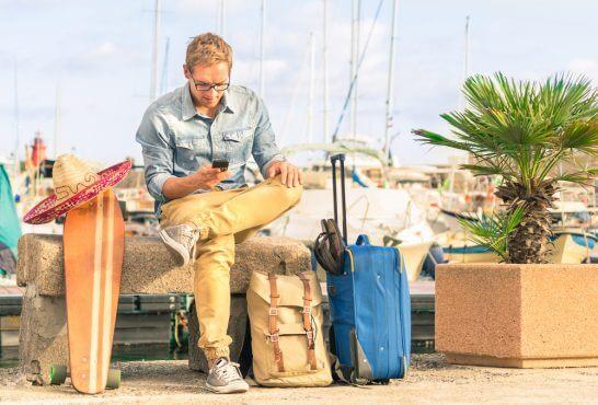 海外旅行する旅人の男性