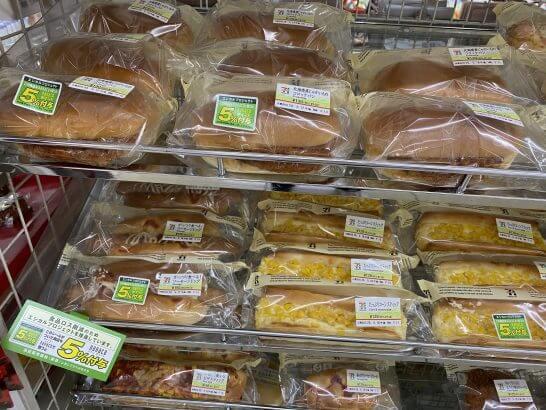 セブン-イレブンのエシカルプロジェクトのシールが貼られたパン