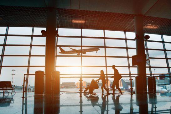 空港で移動する家族