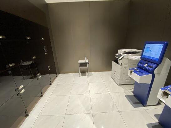 搭乗券の発券機械・荷物置き場