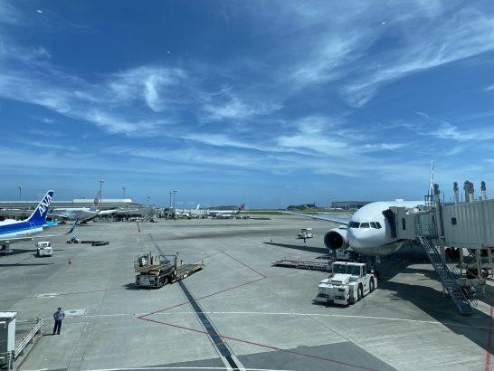 那覇空港ANAラウンジに駐機する飛行機