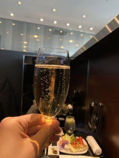 ANAスイートラウンジで飲むシャンパン