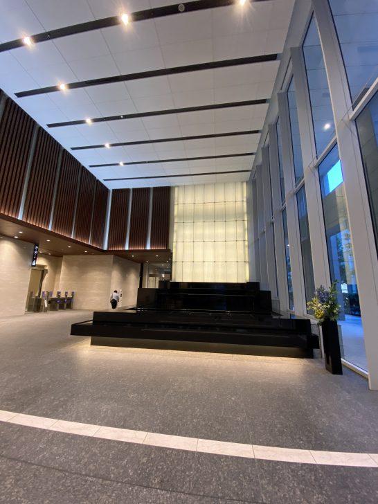 シャングリ・ラ ホテル東京の隣のオフィスビル