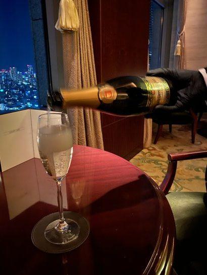 シャングリ・ラ ホテル東京のラグジュアリーラウンジアワーのスパークリングワインを注ぐシーン