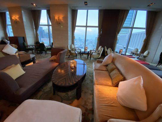 シャングリ・ラ ホテル東京のザ・ロビーラウンジの大人数ソファー