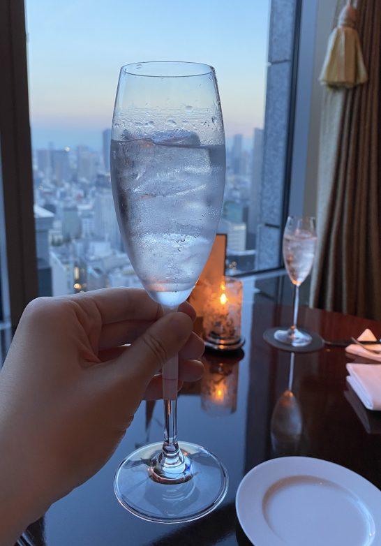 シャングリ・ラ ホテル東京のラグジュアリーラウンジアワーでのジントニック