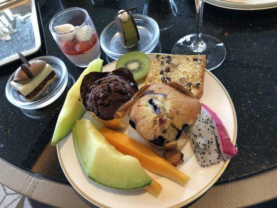 ザ・リッツ・カールトン東京のクラブラウンジの軽食 (果物・スイーツ)