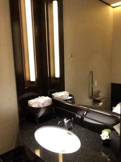 ザ・リッツ・カールトン東京のクラブラウンジのトイレの洗面台