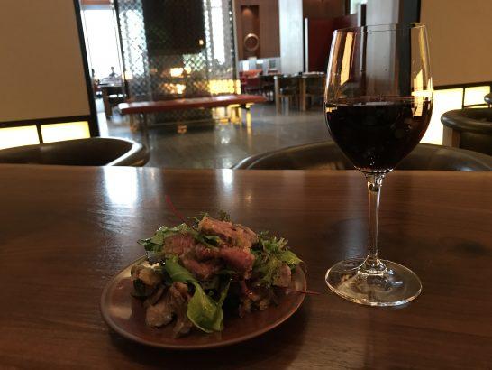 アンダーズ東京の宿泊者ラウンジのローストビーフと赤ワイン