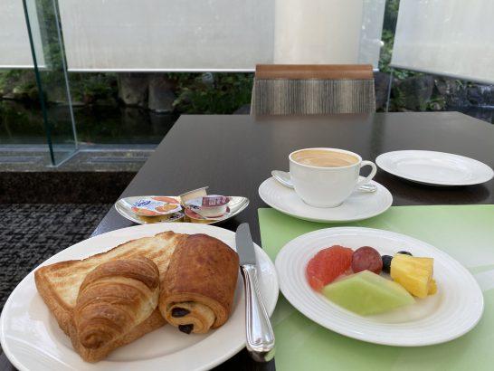 ウェスティンホテル大阪の朝食のカフェラテ・パン・フルーツ