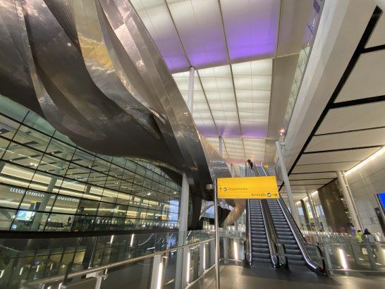 ロンドンのヒースロー空港の到着フロアと出発フロアのエスカレーター