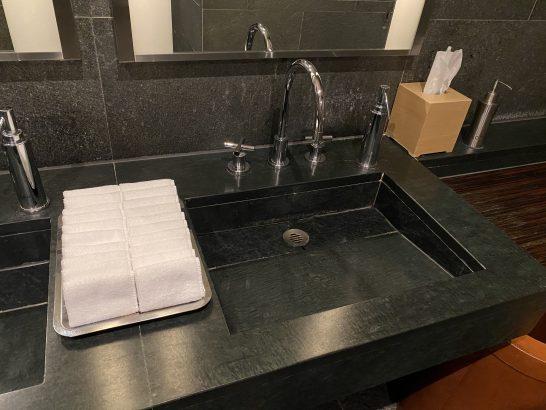 フォーシーズンズホテル丸の内 東京のトイレのハンドクリーム・布タオル・ティッシュ・除菌剤