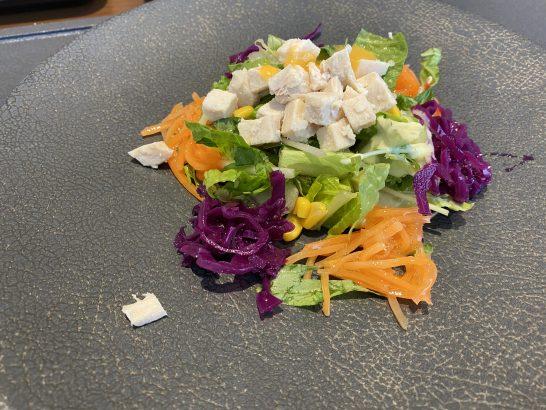 JALファーストクラスラウンジの検討的なサラダ