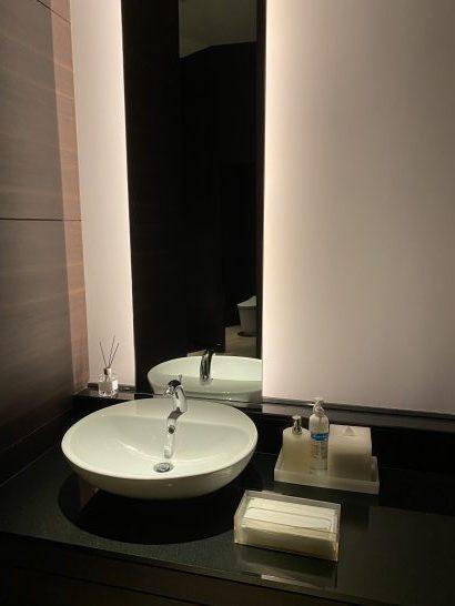 コンラッド大阪のトイレの鏡