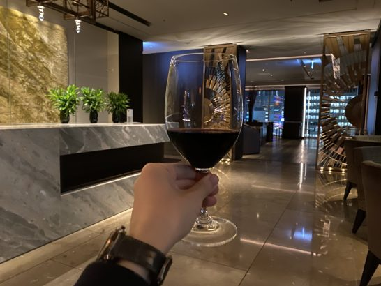 フォーシーズンズホテル東京のラグジュアリーラウンジアワーの赤ワイン