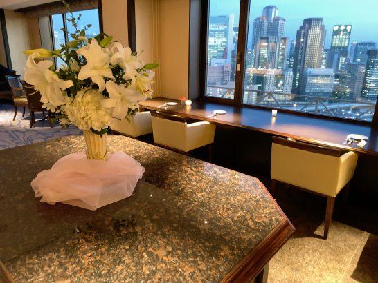 ウェスティンホテル大阪のエグゼクティブクラブラウンジの花 (カクテルタイム)