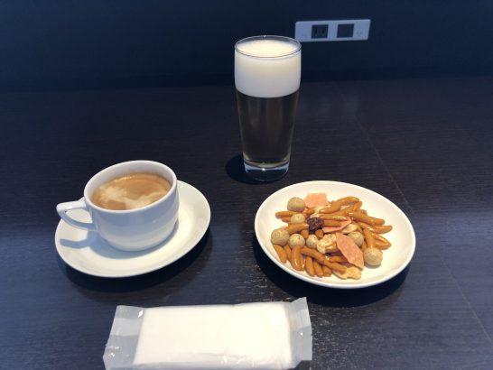 羽田空港国内線のサクララウンジのビール・カフェラテ・おつまみ