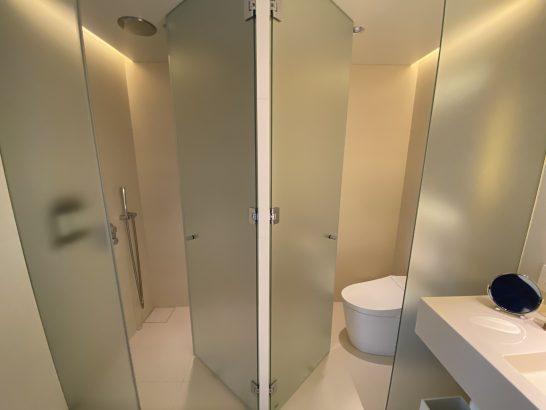 東京エディション虎ノ門のスーペリアスイートのシャワーブース・トイレ