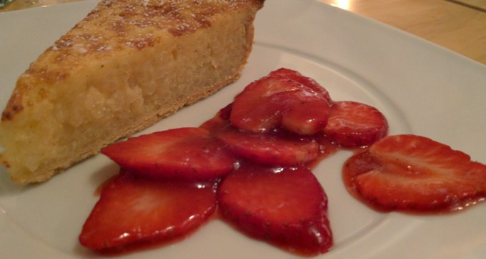 Warm rice pudding tart with strawberry compote
