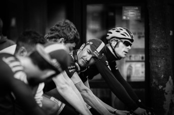 JLT Condor's Christian House imparts advice during the team warm up. Pearl Izumi Tour Series. Round 7 Croydon.