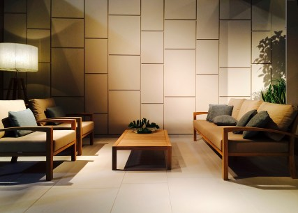 IXIT lounge, con a destra il prototipo del divano e del tavolo basso per il 2015. A sinistra, dietro: lampada CLUB.