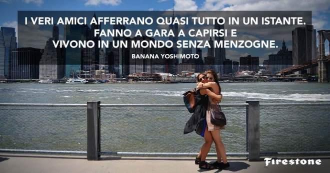 Fotografia di due amiche abbracciate con frase di Banana Yoshimoto