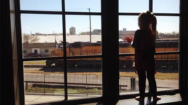 Immagine di una bimba che guarda il treno