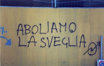 """Scritta anarchica su un muro di città: """"Aboliamo la sveglia """""""