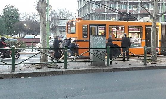 I passeggeri della Linea 91 spingono il filobus fermo su Viale Tibaldi a Milano