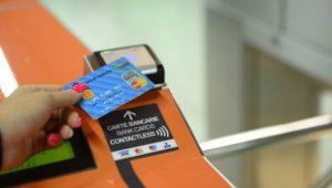 Pagamento del biglietto con carta di credito contactless in metropolitana