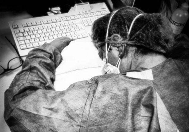 Infermiera addormentata sulla scrivania