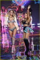 ariana-grande-smacked-by-angel-wings-06