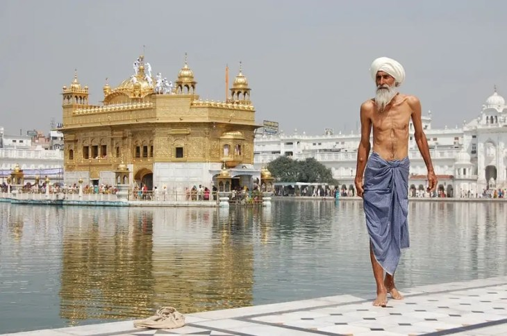 Sikh pilgrim at the Harmandir Sahib (Golden Temple) in Amritsar, India – Public domain via Wikimedia Commons