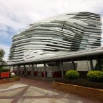 Der von Zaha Hadid entworfene Innovation Tower sieht so aus, als ob er langsam schmelzen würde.