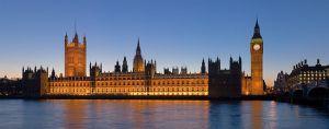 Der Blick auf die Houses of Parliament ist besonders zur Blauen Stunde reizvoll. Foto: von David Iliff (Eigenes Werk) [CC-BY-SA-2.5 (http://creativecommons.org/licenses/by-sa/2.5)], via Wikimedia Commons