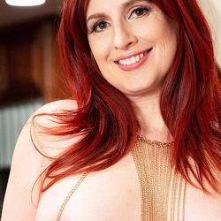 Amber Dawn, vrouw van middelbare leeftijd gaat naakt