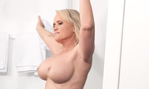 Amber Lace, rijpe vrouw met dikke kont en grote tieten, onder de douche