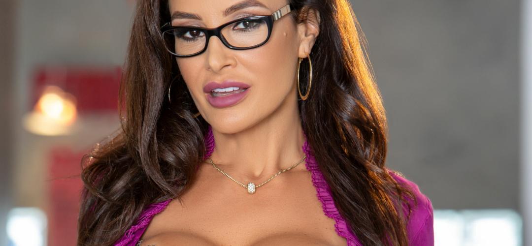 Lisa Ann, elegante mature milf doet een sexy striptease