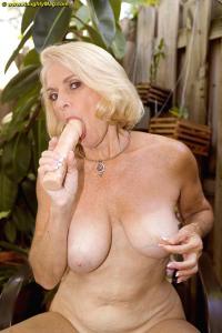 Ze pakt haar dildo erbij