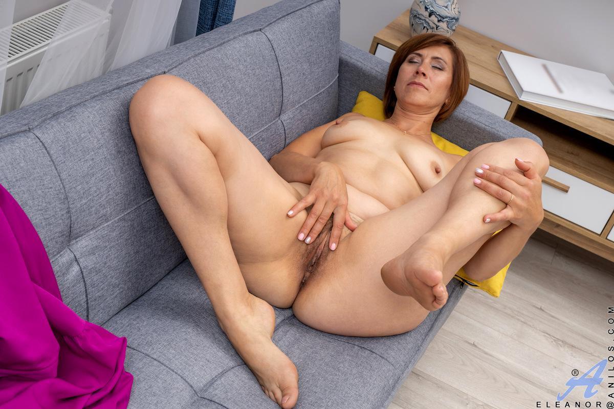 Knappe mature milf aan het masturberen