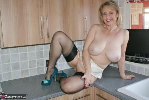 Oudere vrouw heeft cup 32GG borsten