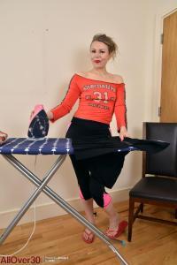 Alexia, blonde huisvrouw, is aan het strijken
