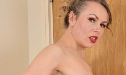 Alexia, blonde huisvrouw, vindt naakt strijken een stuk leuker