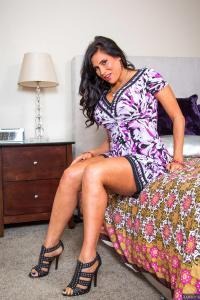 Mature Latina Milf doet een striptease