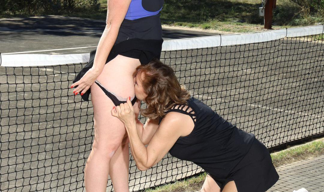 Lesbische sex op de tennisbaan, tennisvriendinnen vinden elkaar lief
