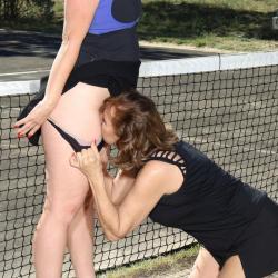 Geile lesbische sex op de tennisbaan
