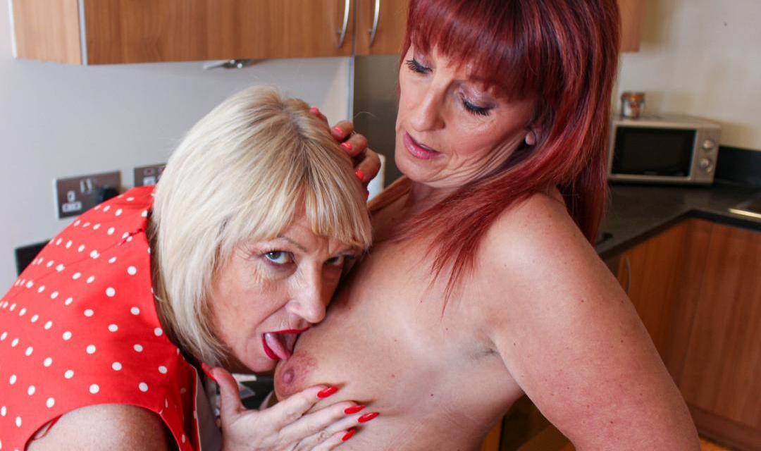 Twee mature milfs met grote borsten hebben lesbische sex