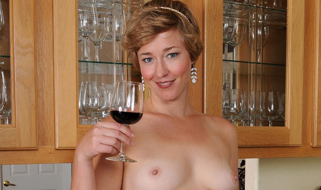 Stijlvolle huisvrouw aan de rode wijn, ze gaat naakt